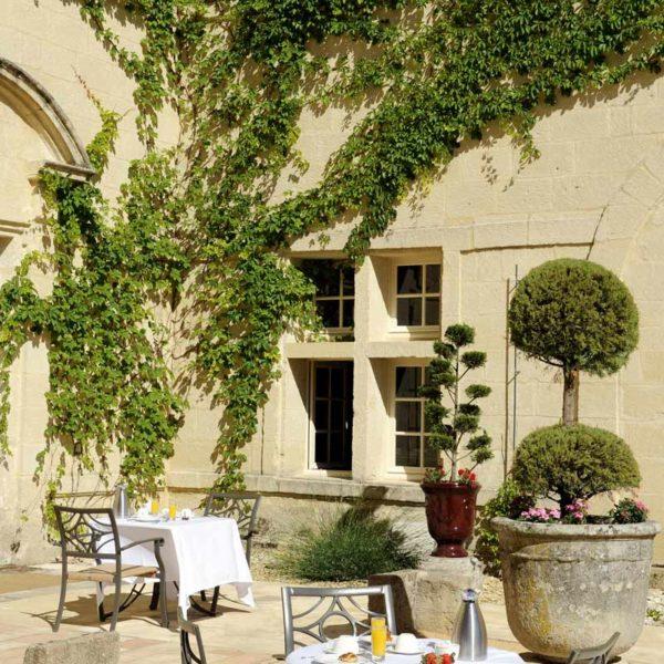 chateau_de_pondres_hotel_restaurant_seminaire-nimes-montpellier_dejeuner_exterieur_cour-dhonneur_ensoleilee_sommieres
