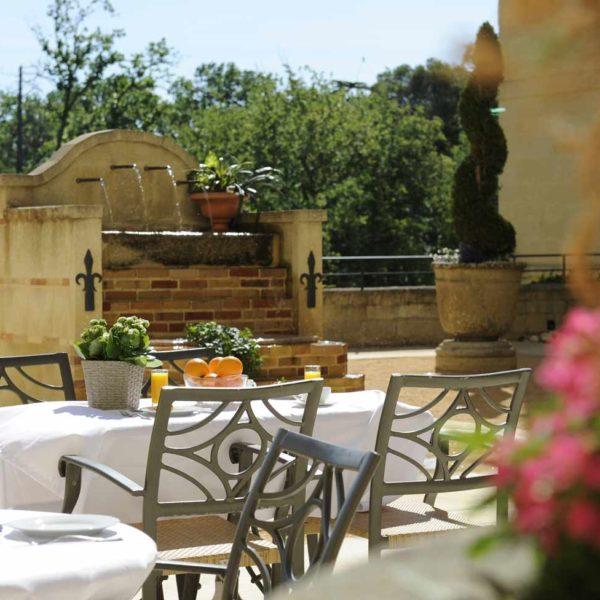 chateau_de_pondres_hotel_restaurant_seminaire-nimes-montpellier_dejeuner_exterieur_cour-dhonneur_sommieres
